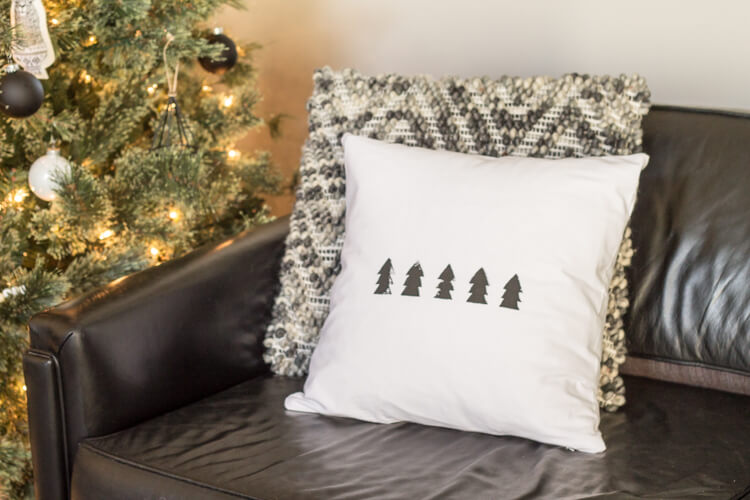 DIY black and white Christmas tree pillow (via www.mybreezyroom.com)