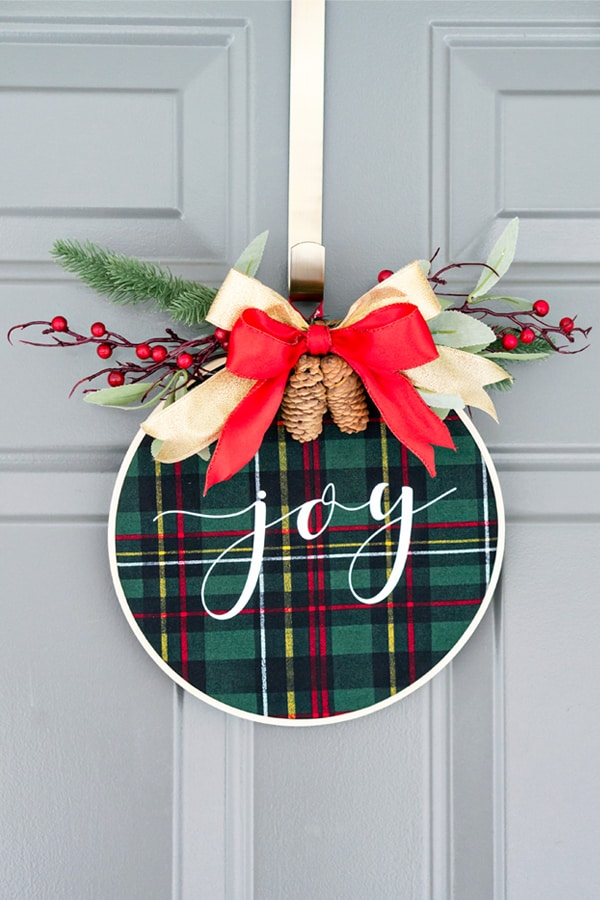DIY tartan Christmas embroidery hoop wreath with pinecones (via momenvy.co)