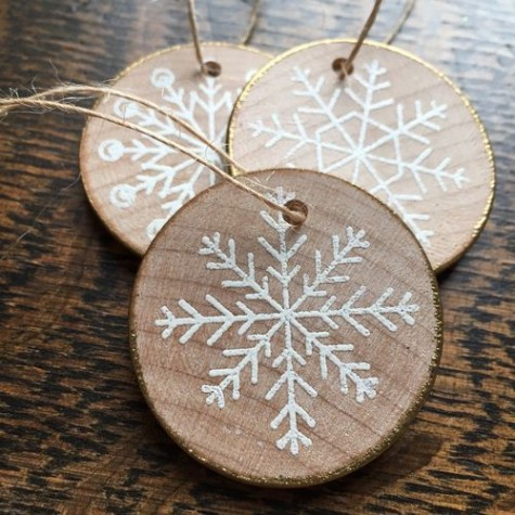 wood slice gilded edge snowflake ornaments look rustic and glam at the same time are very cute and chic