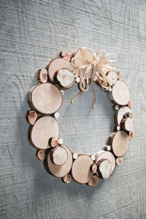 a wood slice Christmas wreath is a cool way to add a rustic feel to your space and won't take uch effort to make