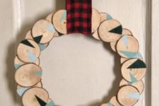 22 a wood slice Christmas wreath with geometric design and a plaid ribbon is a cool bold decoration idea