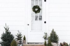 23 minimalist Christmas outdoor decor with trees in pots and baskets plus candle lanterns is very up-to-date