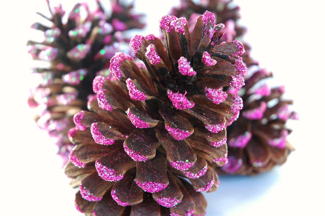 DIY pink and glitter pinecones for Christmas decor (via www.paper-and-glue.com)