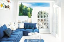 14 a classic blue rug, a matching L-shaped sofa and a painting on the wall make the space feel coastal and beachy