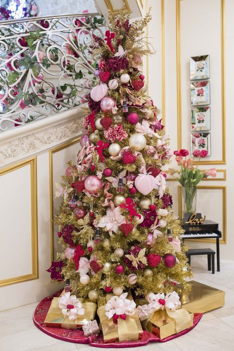 a luxurious and refined Valentine tree wih pink and red glitter hearts, red angels and fabric flowers plus elegant pink ornaments