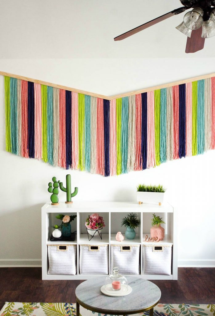 DIY colorful boho wall hanging that takes a whole wall (via www.alittlecraftinyourday.com)