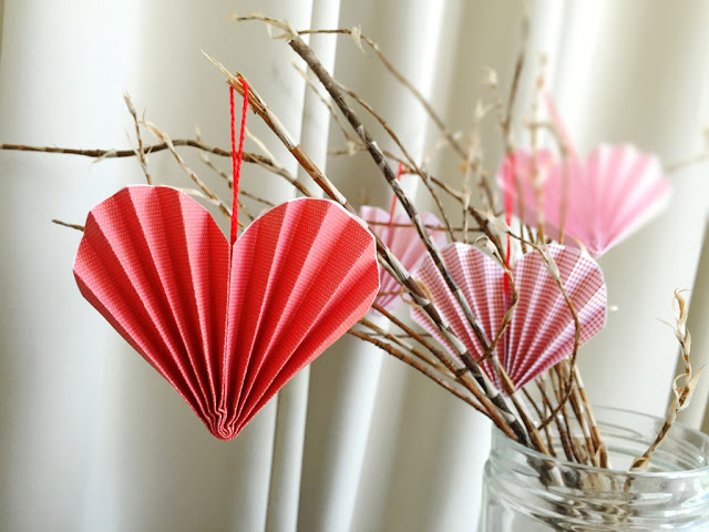DIY pleated red and pink Valentine heart ornaments (via bytheartbug.blogspot.com)