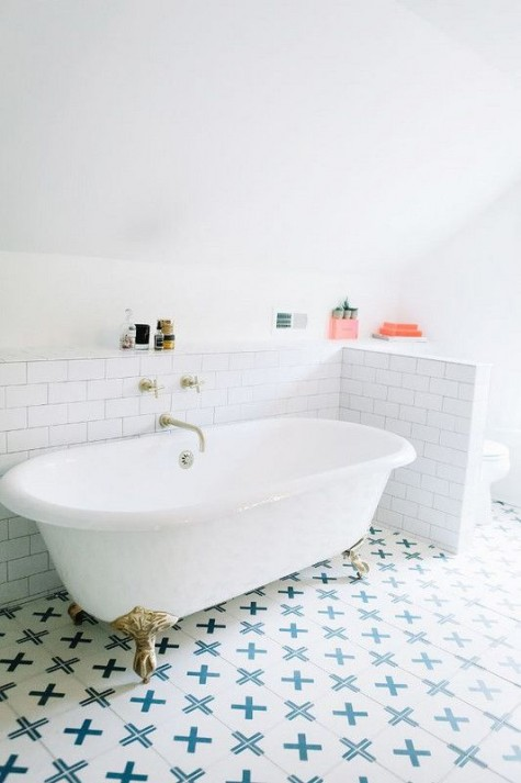 white subway tiles around the bathtub and blue mosaic ones on the floor for a refined bathroom