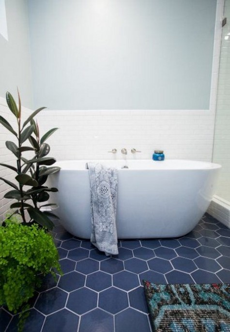 navy hex tiles on the floor ad white tiles on the walls create a bold and catchy combo, greenery to refresh the space