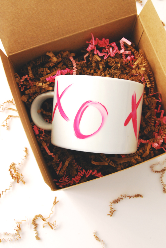 DIY modern XO mugs with bright porcelain paints for Valentine's Day (via theproperblog.com)