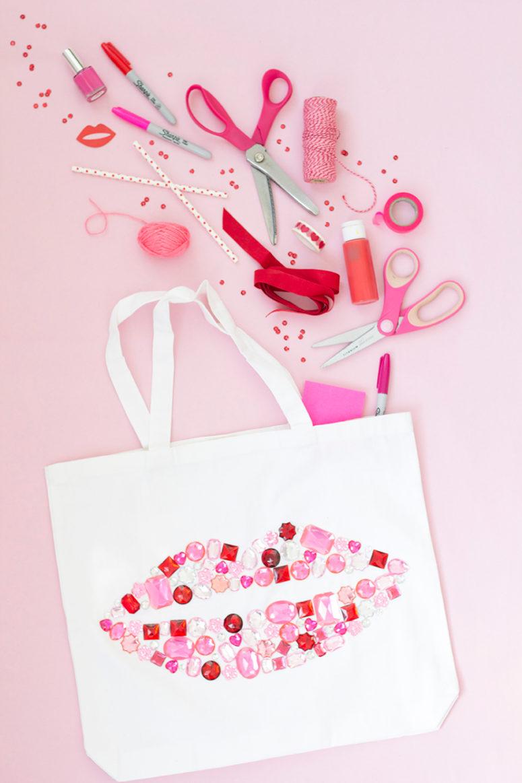 DIY bedazzled Valentine tote bag (via thehousethatlarsbuilt.com)