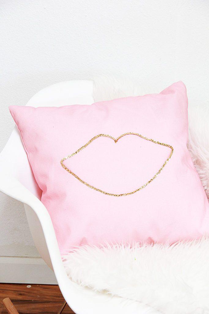 DIY no sew sequin Valentine lips pillow (via abubblylife.com)