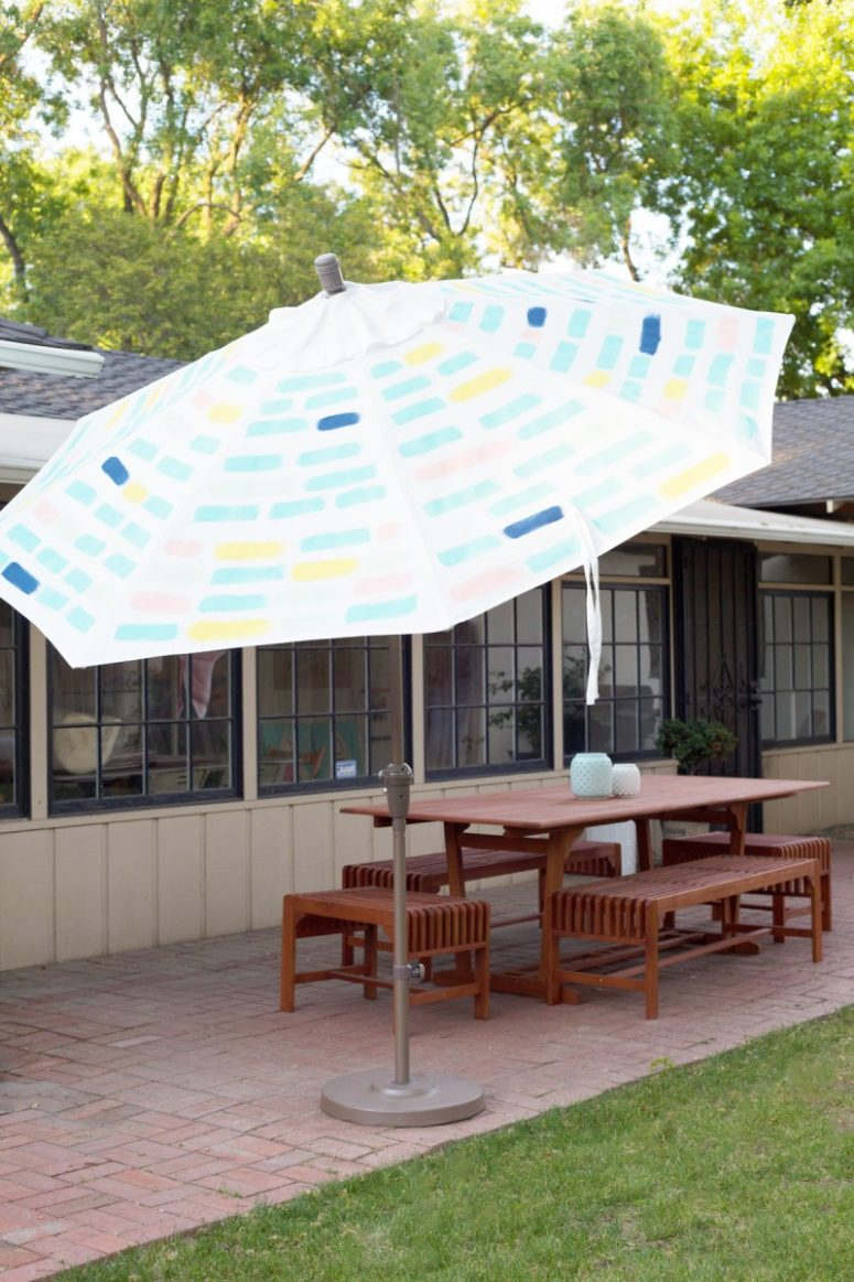 DIY painted patio umbrella with modern patterns (via lovelyindeed.com)