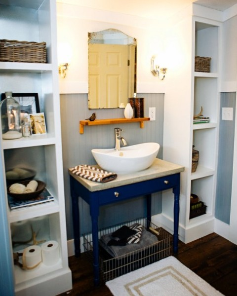 2 Ikea Kallax shelving units are used as effective and comfy storage units on both sides of the vanity and give much space without looking bulky