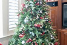 02 a beautiful Christmas tree with lights, red and white plaid ornaments, faux berries and a snowflake on top is a chic and cool idea