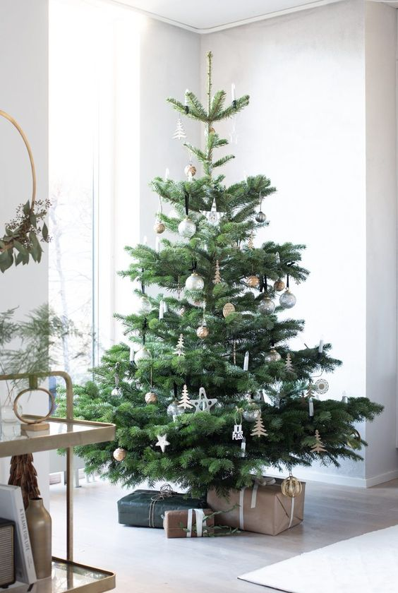 a pretty Scandinavian Christmas tree with silver, gold and wooden ornaments and nothing else is pure love and chic