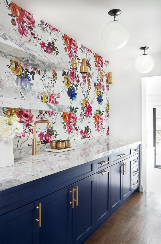 bold floral wallpaper for a backsplash makes the space look bright, chic and veyr spring-like and raise the mood