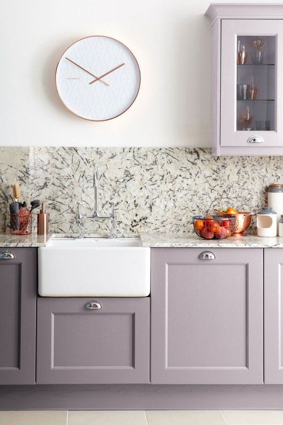 a cute kitchen with a stone backpslash