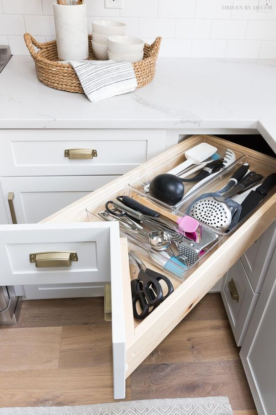 13 a corner drawer can be used for storign utensils if it's not high – a very effective and smart solution