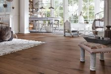 amazing walnut flooring contrasts the walls and makes the space look warmer, more refined and absolutely gorgeous