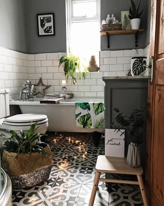 a cute small bathroom design with lots of decor