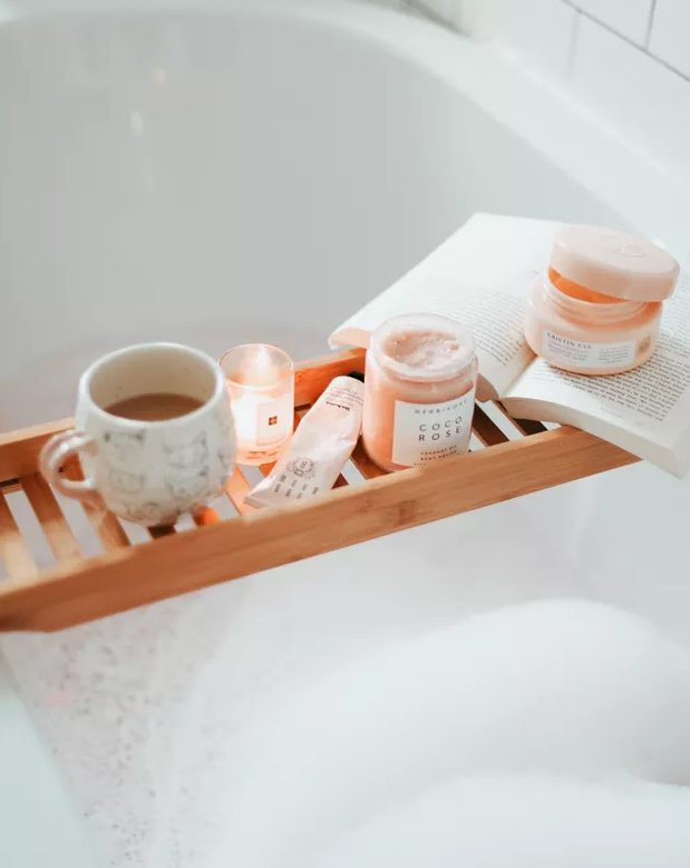 a bathroom caddy with some pumpkin spice latte, apple and pumpkin spice candles will instantly remind you of the fall and will cozy up the space