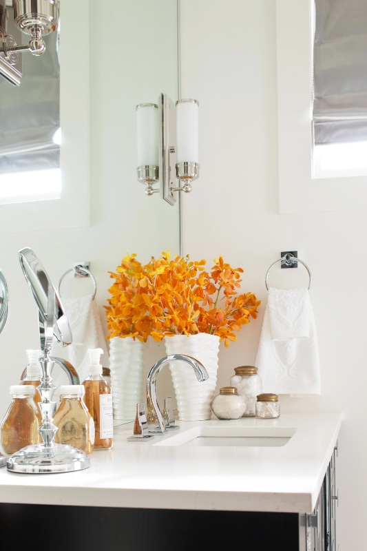 a bright floral arrangement in a pretty vase is a simple and cool fall touch to the neutral space, and it will instantly make your space fall-like