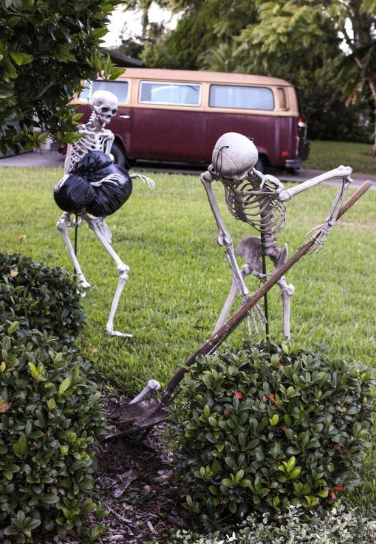 a hilarious Halloween scene of skeletons burying a body is a gorgeous solution for your outdoor Halloween decor