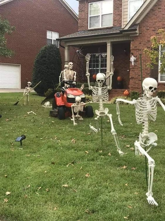 a lawnmower skeleton scene like this one is a very fun and cool idea for any outdoor space at Halloween, and it looks awesome