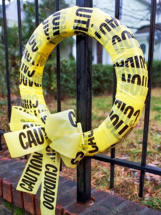 a yellow crime place ribbon bow is a very laconic and easy idea that you can realize really last minute and that looks catchy