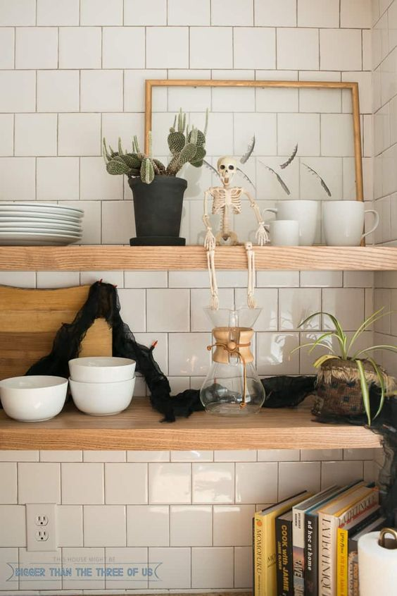 modern Halloween shelf styling with a skeleton and a black garland is very easy to realize and looks non cheesy