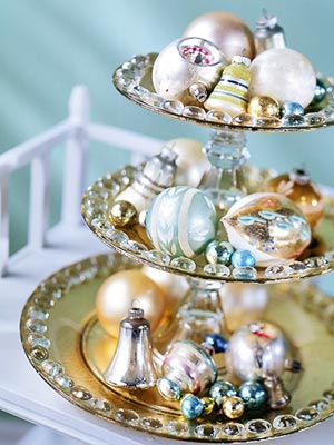 Simple Christmas Ornaments Centerpiece (via chillybear)
