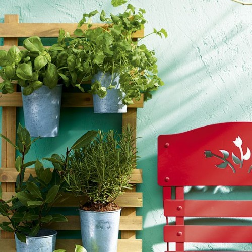 Pretty DIY Herb Garden (via housetohome)