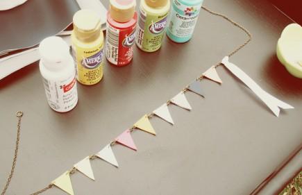 DIY Anthropologie Inspired Flag Bunting Necklace (via mrspriss)