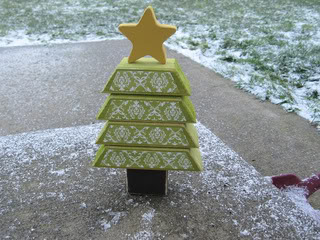 2x4 DIY Christmas Tree (via undermypolkadotumbrella)