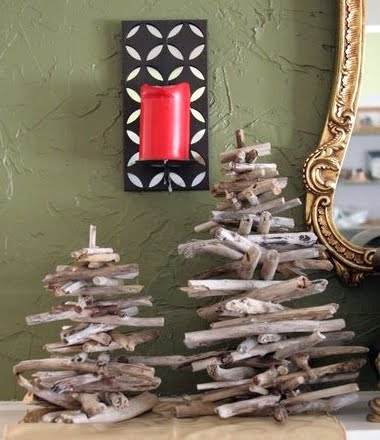 DIY Driftwood Christmas Tree (via completely-coastal)