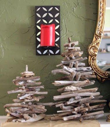 DIY Driftwood Christmas Tree (via completely-coastal)