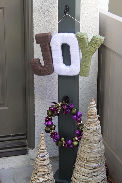 DIY JOY Holiday Yarn Sign (via changingmydestiny)