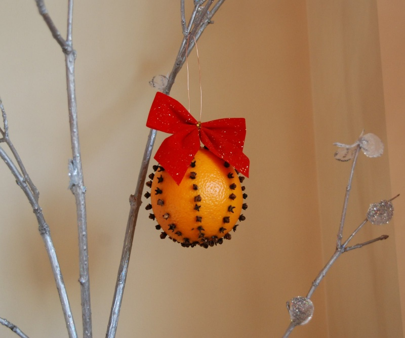 Making Natural Christmas Decorations: Picture Of How To Make A Christmas Orange Pomander