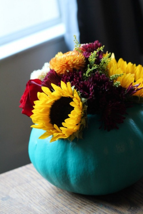 pumpkin vase centerpiece (via shelterness)