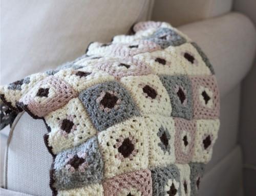 crochet grey and pink blanket (via victoriabrikho)