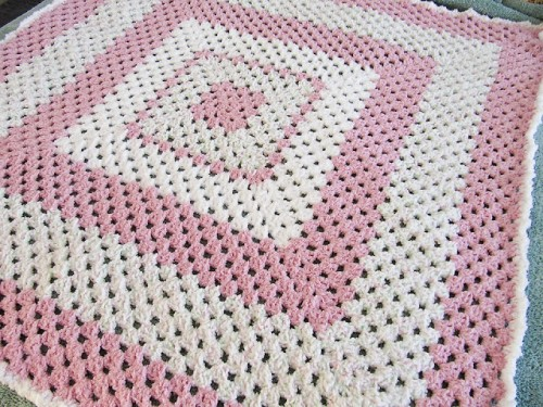 crocheted giant granny square blanket (via ladybythebay)