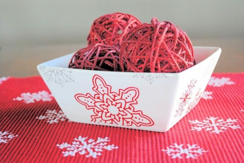 stenciled Christmas centerpiece (via shelterness)