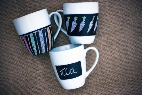 chalkboard mugs and glasses (via shelterness)