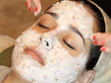 moisturizing avocado and lemon mask (via dailycandy)