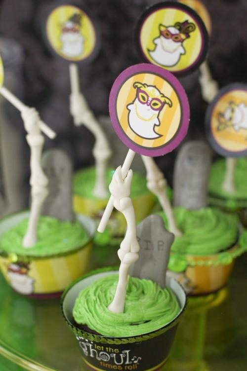 funny cupcake toppers (via tikkido)