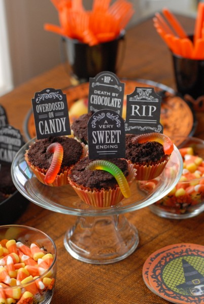 graveyard cupcake toppers (via boulderlocavore)