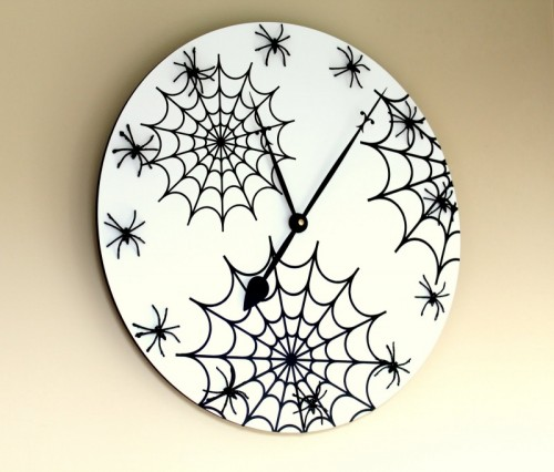 Halloween wall clock (via shelterness)