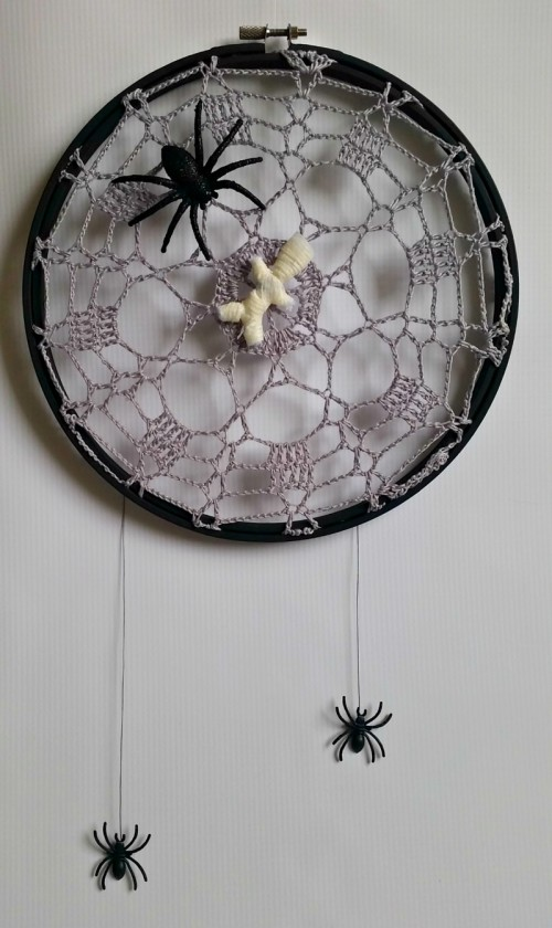 crawly crochet spider web doilies (via sadieseasongoods)