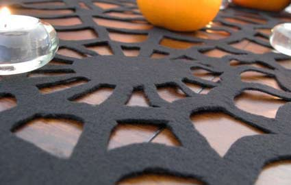 spider web table runner (via shelterness)
